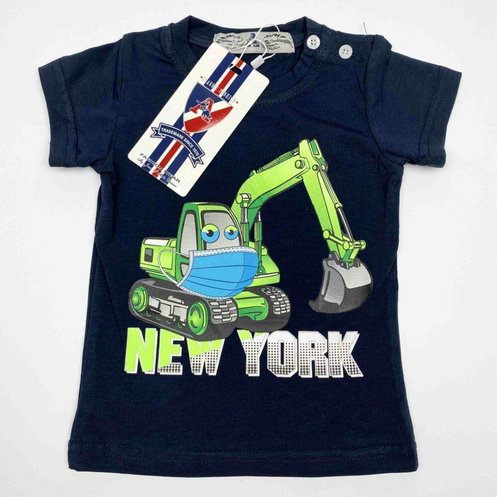Kisfiú magas pamuttartalmú, nyári, rövid ujjú póló, elején markoló munkagép filmnyomott mita és New York felirat, sötétkék színű.