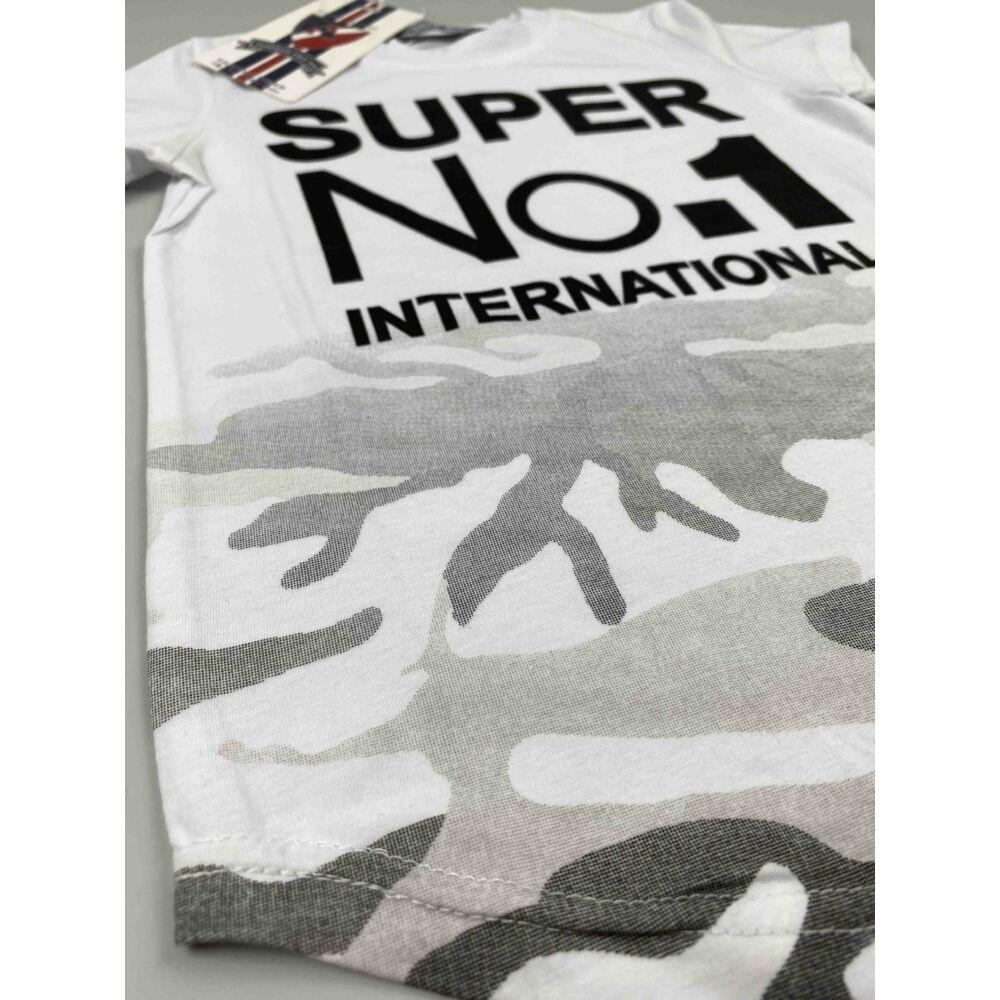 Kisfiú rövid ujjú póló fehér színű derék részén terepmintával és filmnyomott super no.1 international felirattal.