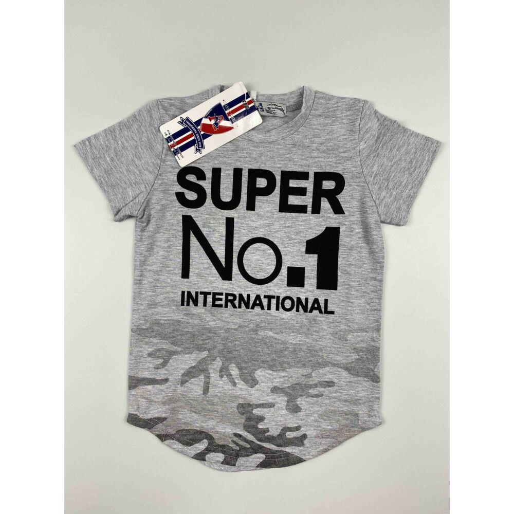 Kisfiú rövid ujjú póló szürke színű derék részén terepmintával és filmnyomott super no.1 international felirattal