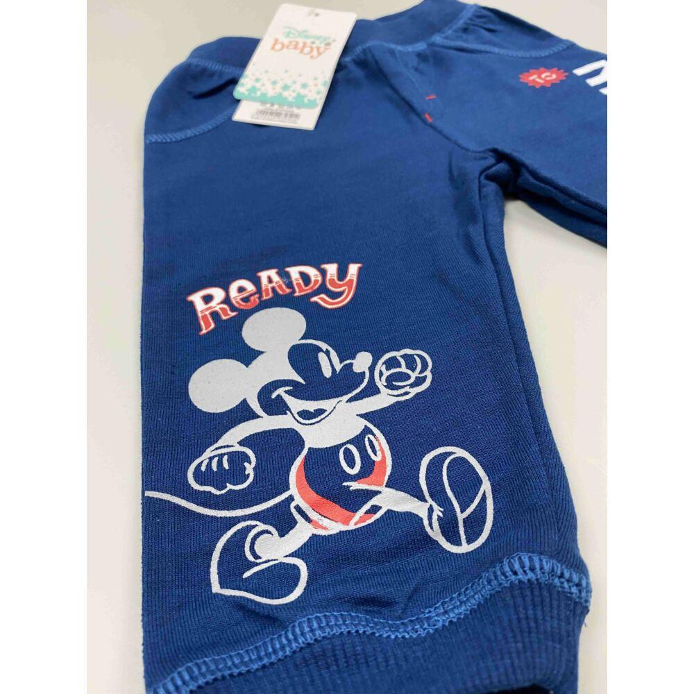Kisfiú kék színű hosszú szárú nadrág Mickey felirattal és motívummal, közeli