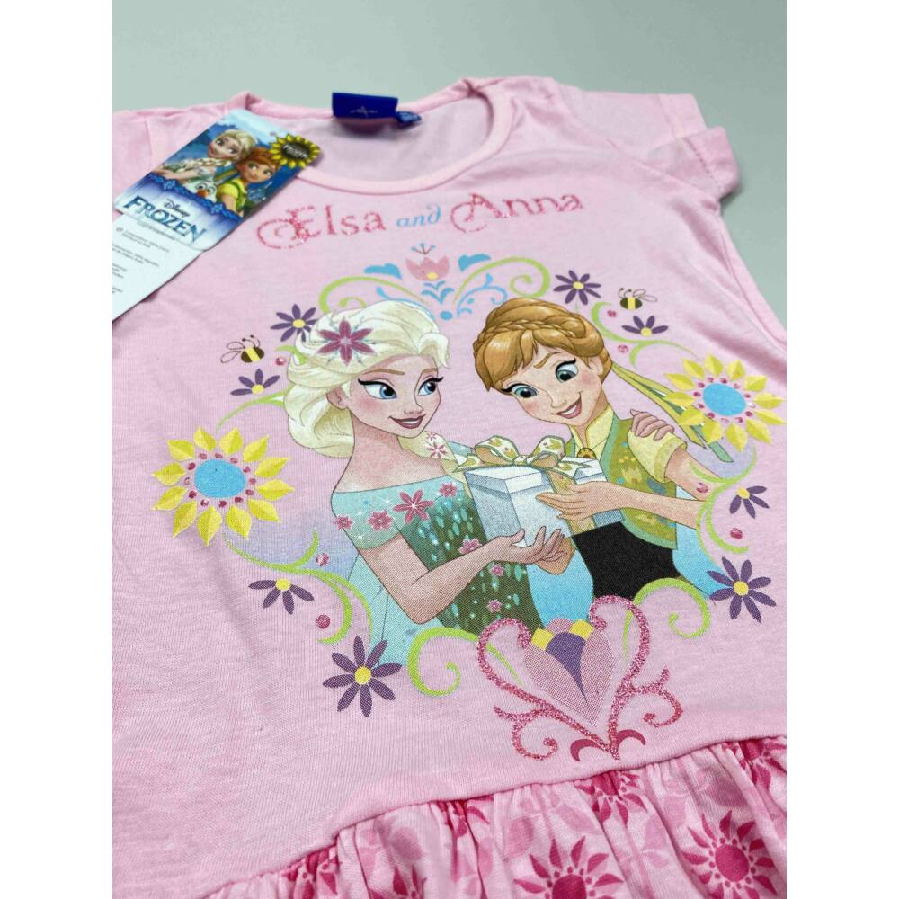 Kislány rózsaszín alapon Jégvarázs ruha Elza és Anna színes filmnyomott motívummal, közeli kép felső részről