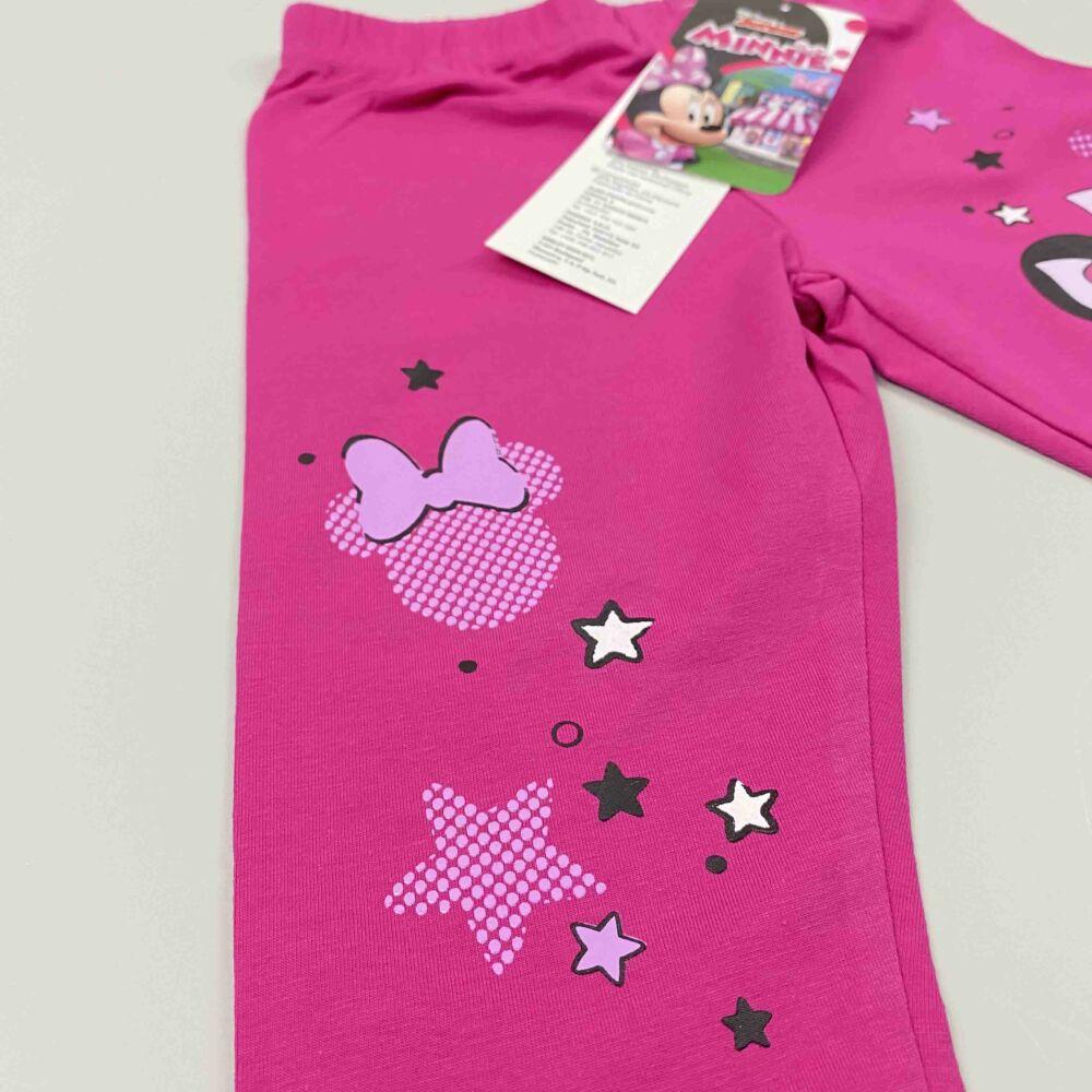 Disney magenta háromnegyedes pamut nyári legging, lábán Minnie filmnyomott minta közeli kép.
