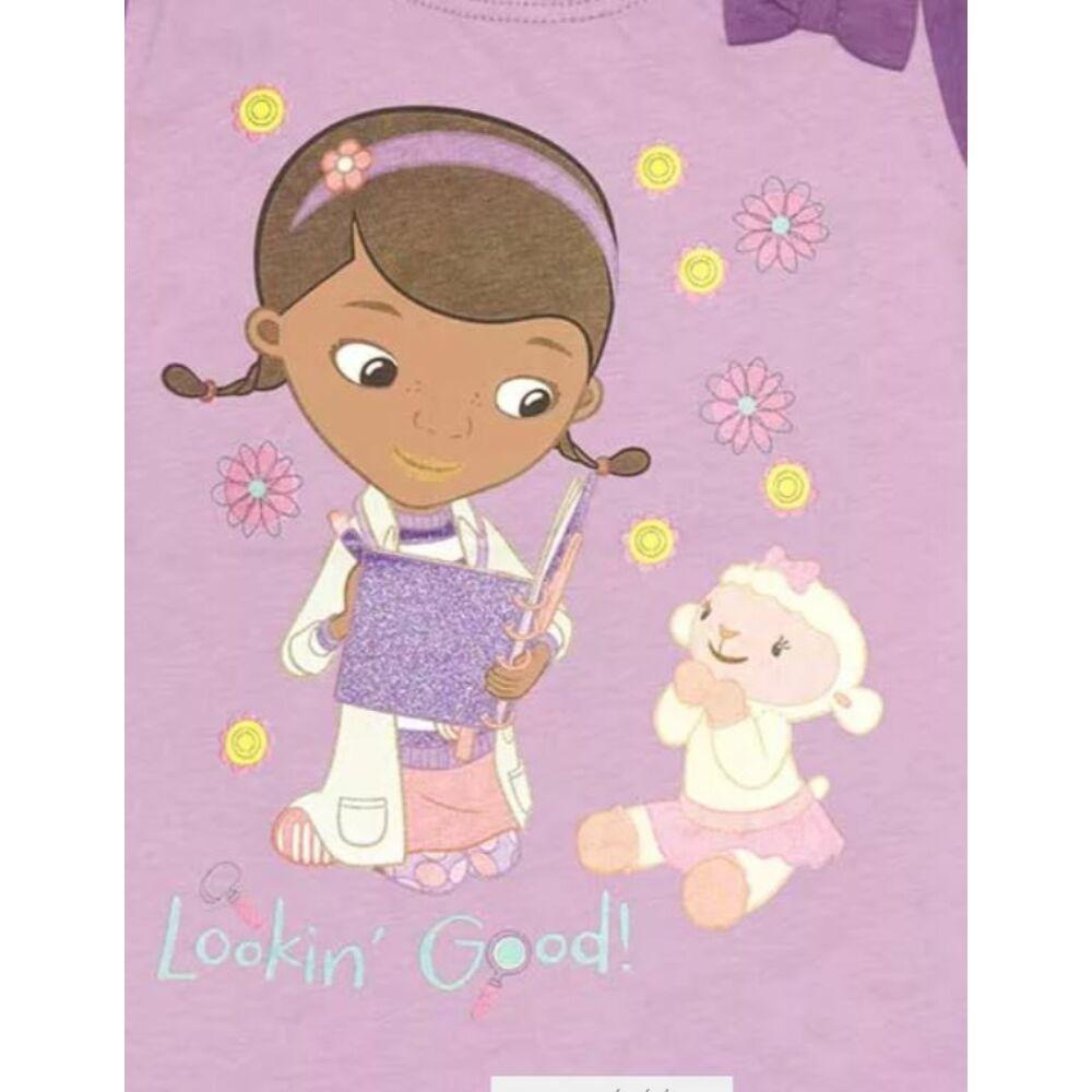 Disney pamut kislány masnis póló, lila színű, elején Dr. Plüssi filmnyomott mintával közeli kép