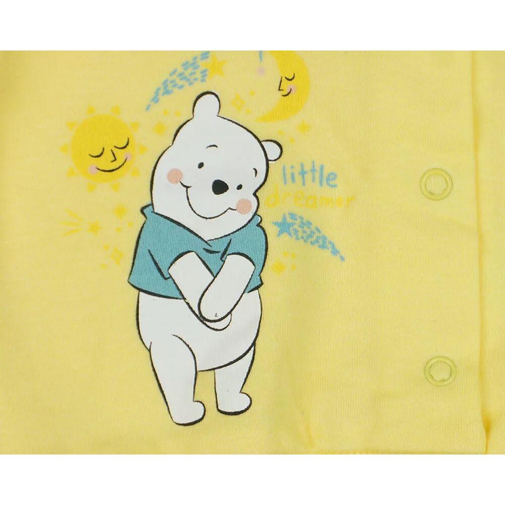 Micimackó mintával nyomott sárga színű baba kardigán, kocsikabát, elején patentos, Disney márka, minta közeli kép.