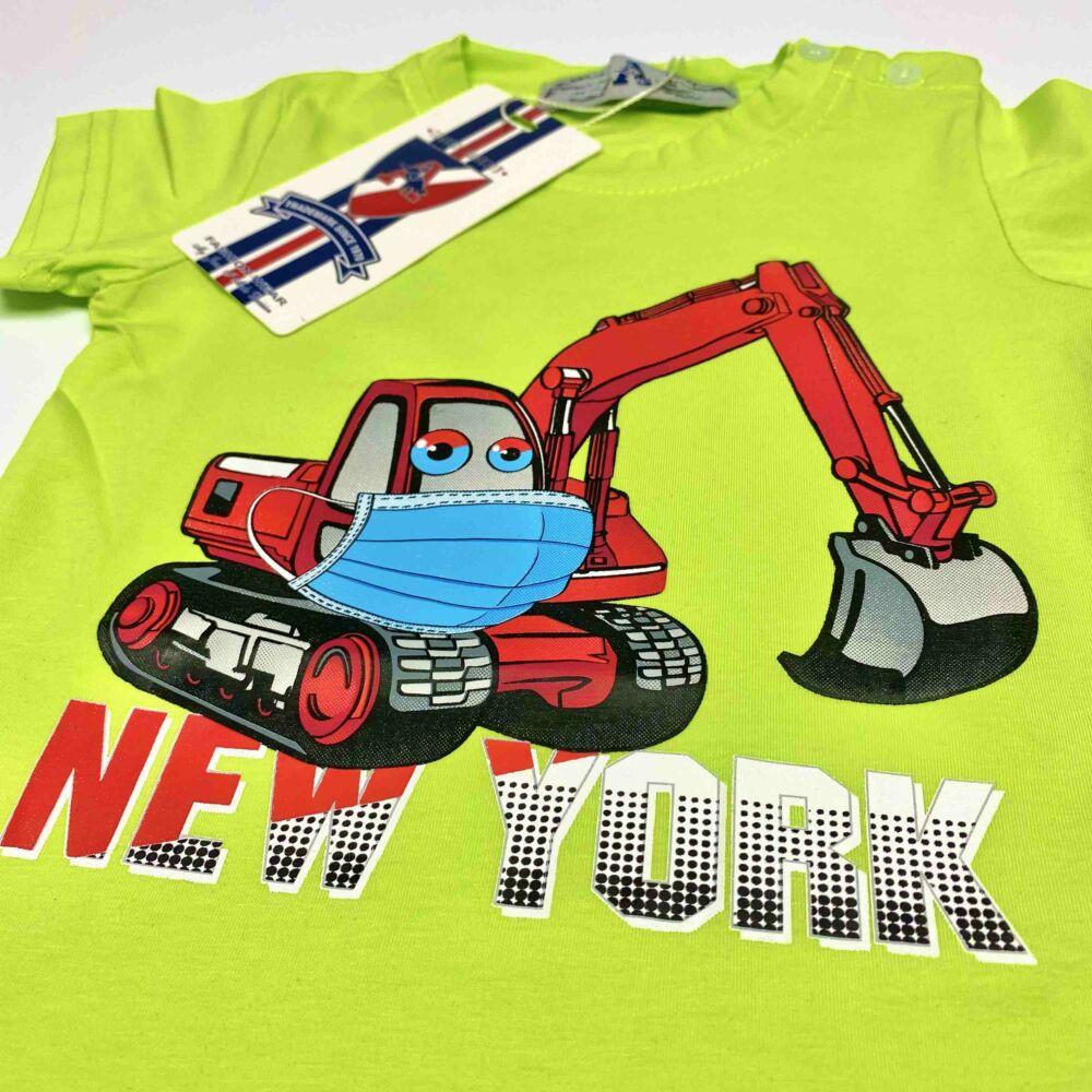 Kisfiú magas pamuttartalmú, nyári, rövid ujjú póló, elején markoló munkagép filmnyomott mita és New York felirat, zöld színű, közeli.