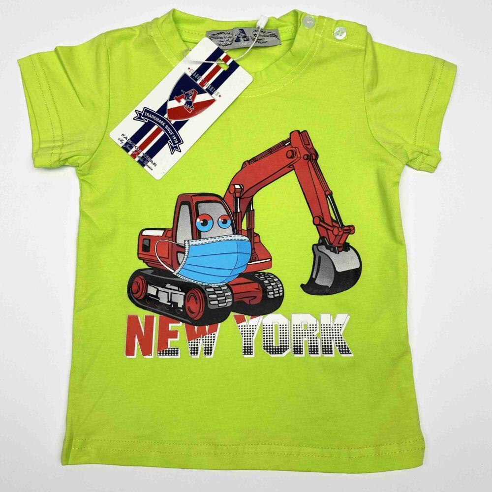 Kisfiú magas pamuttartalmú, nyári, rövid ujjú póló, elején markoló munkagép filmnyomott mita és New York felirat, zöld színű.