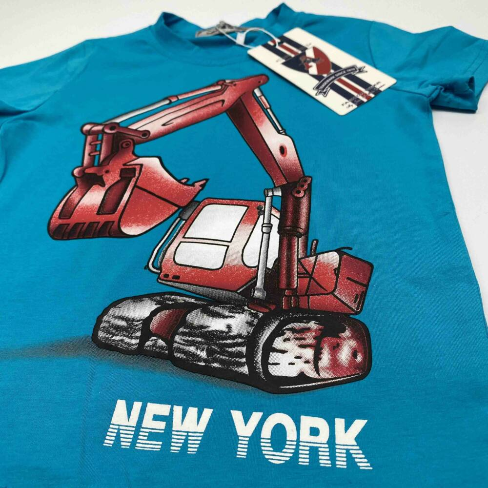 kék kisfiú munkagépes pamut rövid ujjú póló, filmnyomott markoló minta piros színű, közeli kép