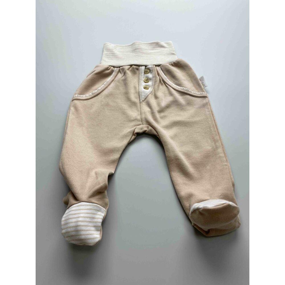 Kisfiú barna cKisfiú barna színű pamut nadrág, lehajtható széles, bordás derékpánttal, elején álzsebekkel, passzés szárvéggel.síkos pamut nadrág, lehajtható széles, bordás derékpánttal, eleján zsebekkel, passzés szárvéggel