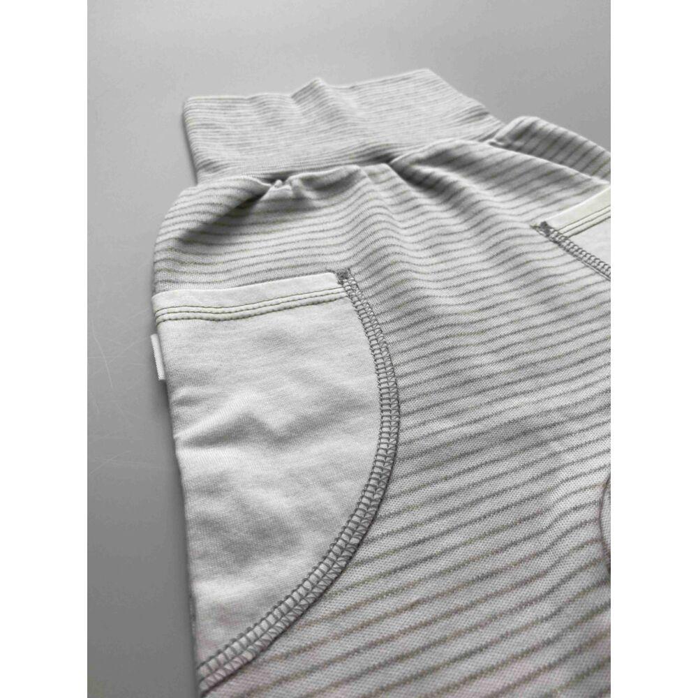 Kisfiú szürke csíkos pamut nadrág, lehajtható széles, bordás derékpánttal, eleján zsebekkel, passzés szárvéggel, közeli kép.