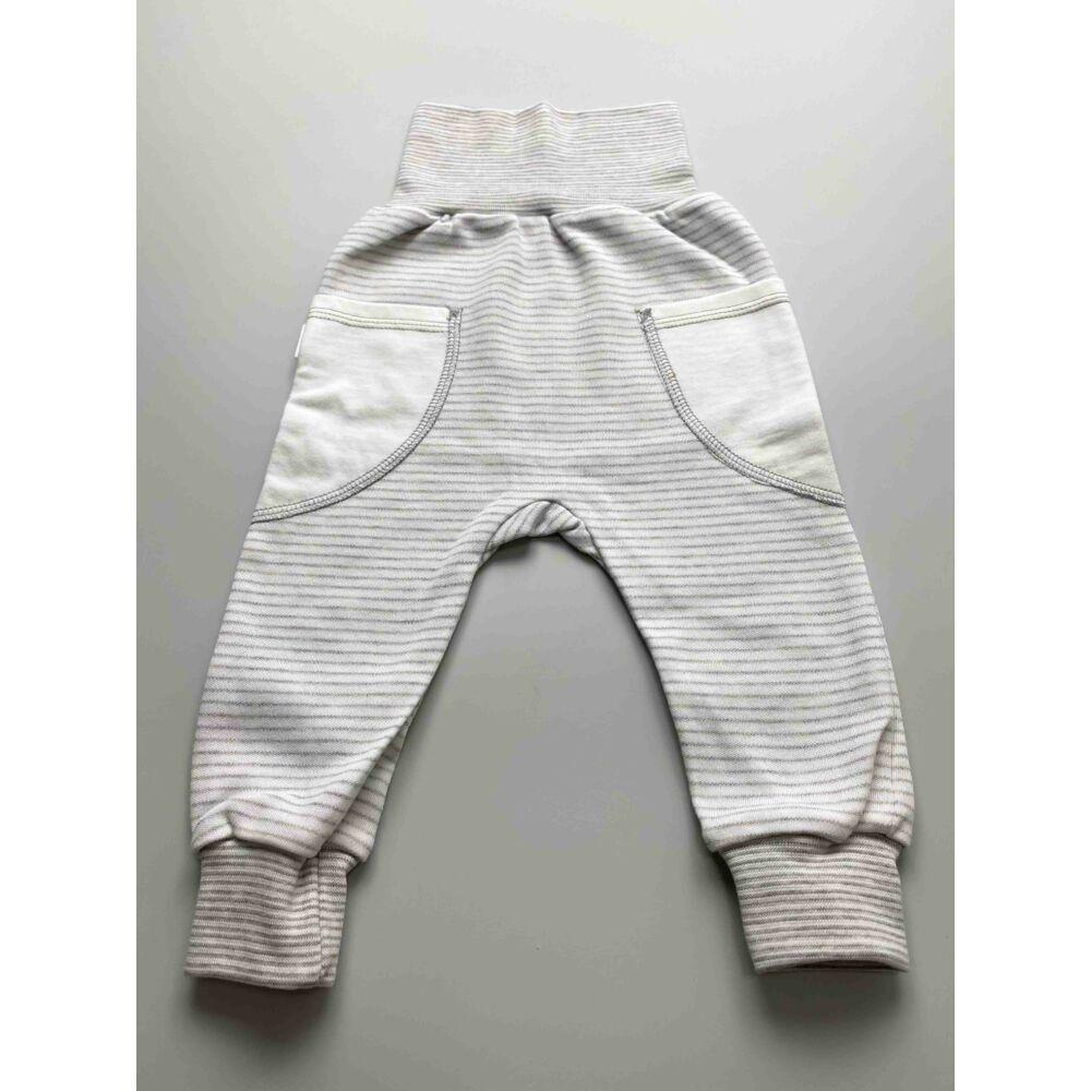 Kisfiú szürke csíkos pamut nadrág, lehajtható széles, bordás derékpánttal, eleján zsebekkel, passzés szárvéggel.