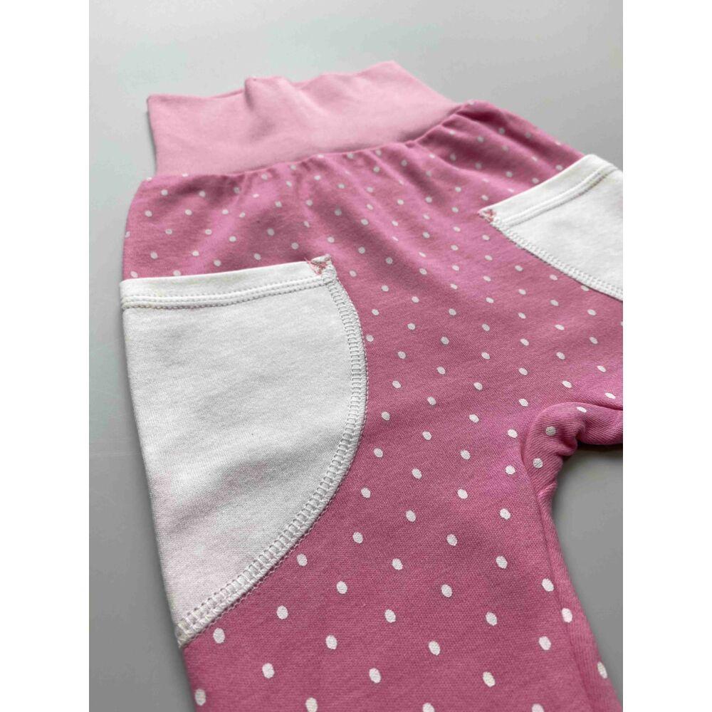 Kislány rózsaszín, fehér pöttyös pamut nadrág, lehajtható széles, bordás derékpánttal, eleján zsebekkel, passzés szárvéggel közeli kép.