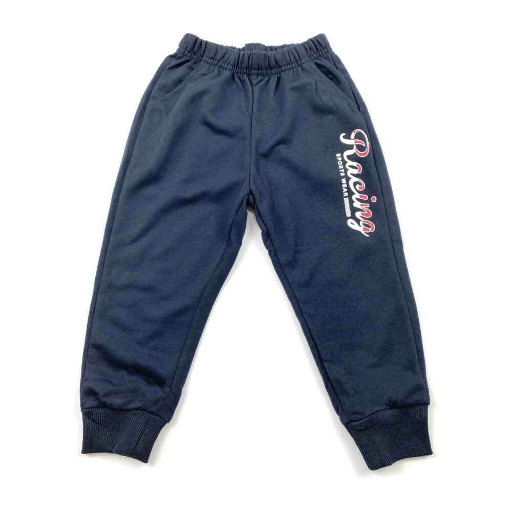 kisfiú szabadidő szett, két részes, felső része szürke, kapucnis, elején markolós motívummal, nadrágja zsebes, racing felírattal közeli kép