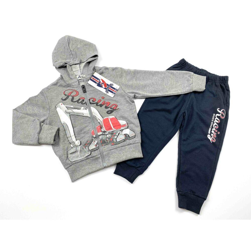 kisfiú szabadidő szett, két részes, felső része szürke, kapucnis, elején markolós motívummal, nadrágja zsebes, racing felírattal.