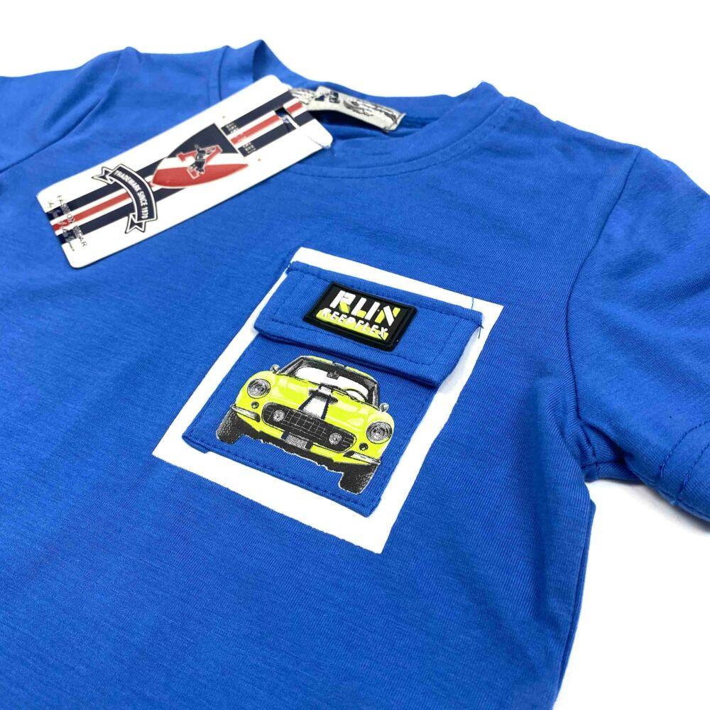 kisfiú kék színű rövid ujjú oóló elején zseb díszíti rajta autós filmnyomott minta, közeli