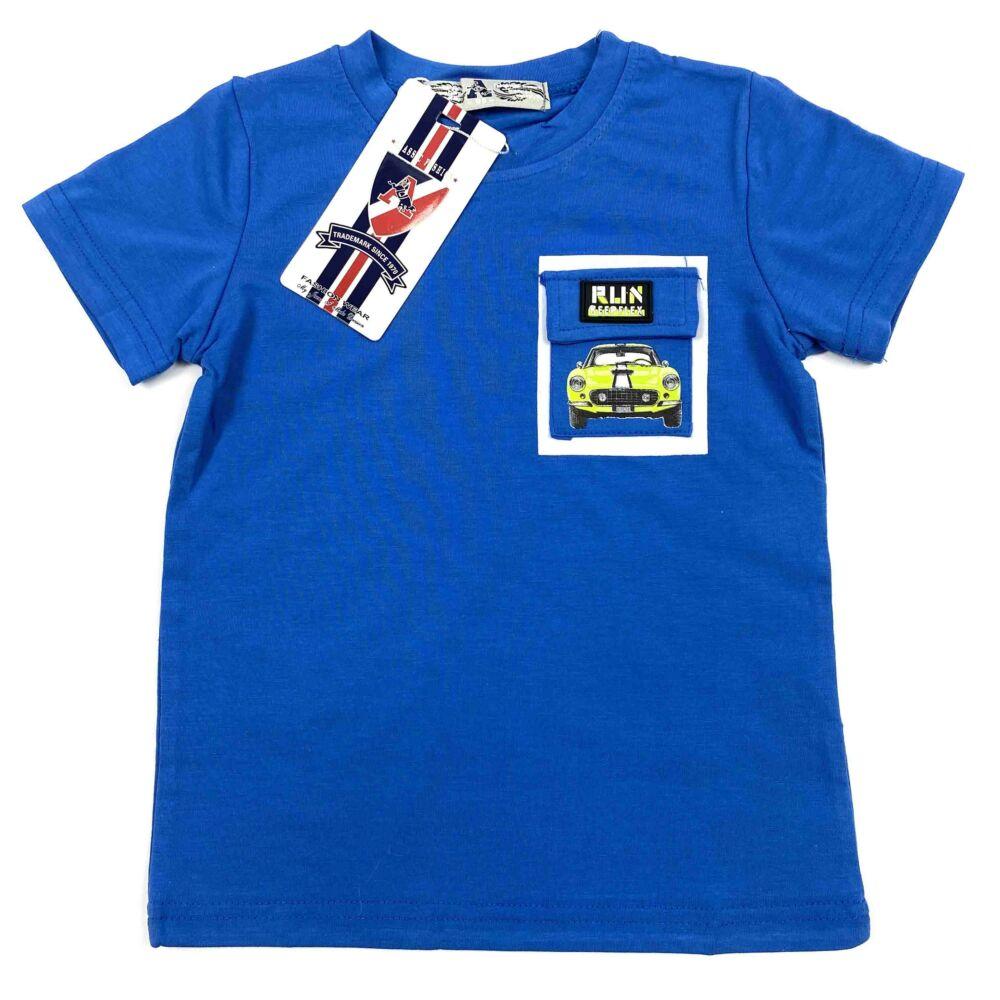 kisfiú kék színű rövid ujjú oóló elején zseb díszíti rajta autós filmnyomott minta.