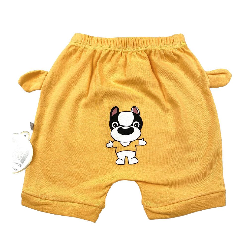 Kisfiú nyári rövidnadrág ülepén aranyos kutya mintával, távoli